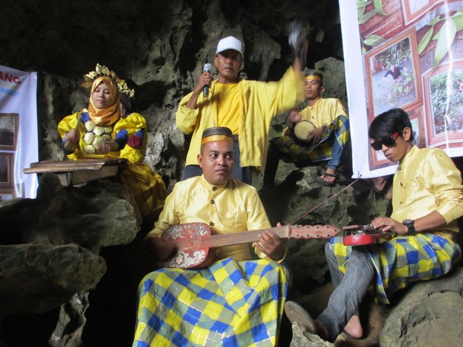DEWI LAMSANG - Dengan  menaiki anak tangga besi dan kayu, wabup naik diatas Gunung Leang Surukang. Syahban didampingi rombongan  dari Lembaga Adminitrasi Negara (LAN) Makassar  serta berbagai lembaga pencinta alam di kabupaten pangkep.
