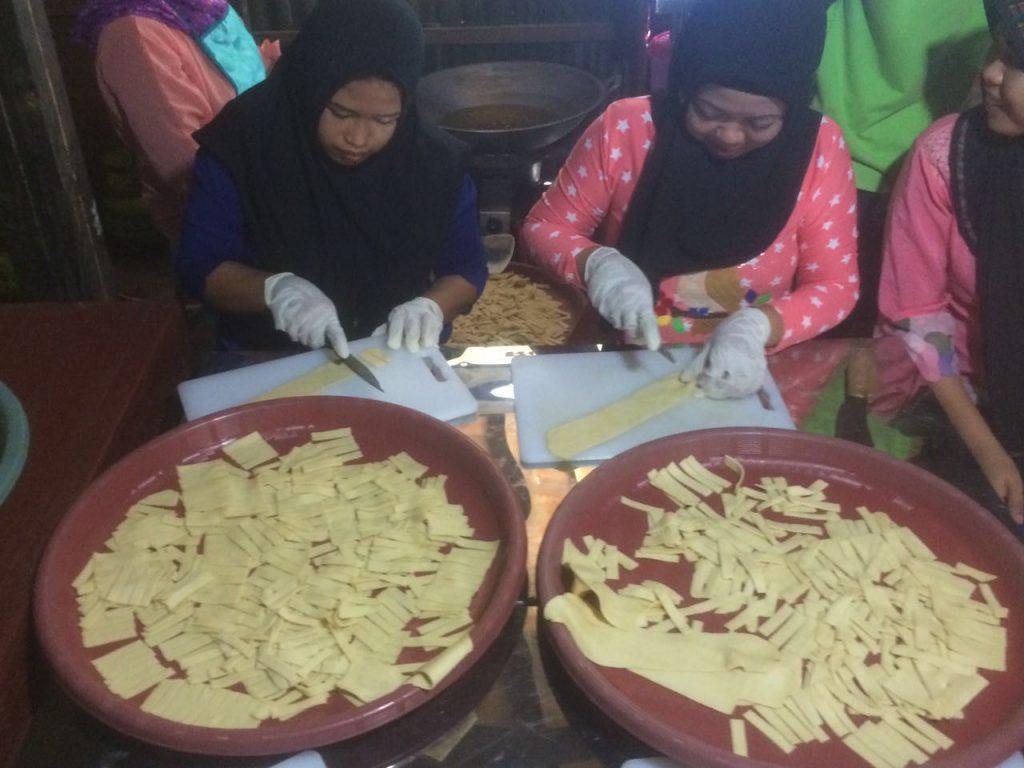 Aktifitas perempuan kelompok usaha pengelohana hasil laut di Ma'rang