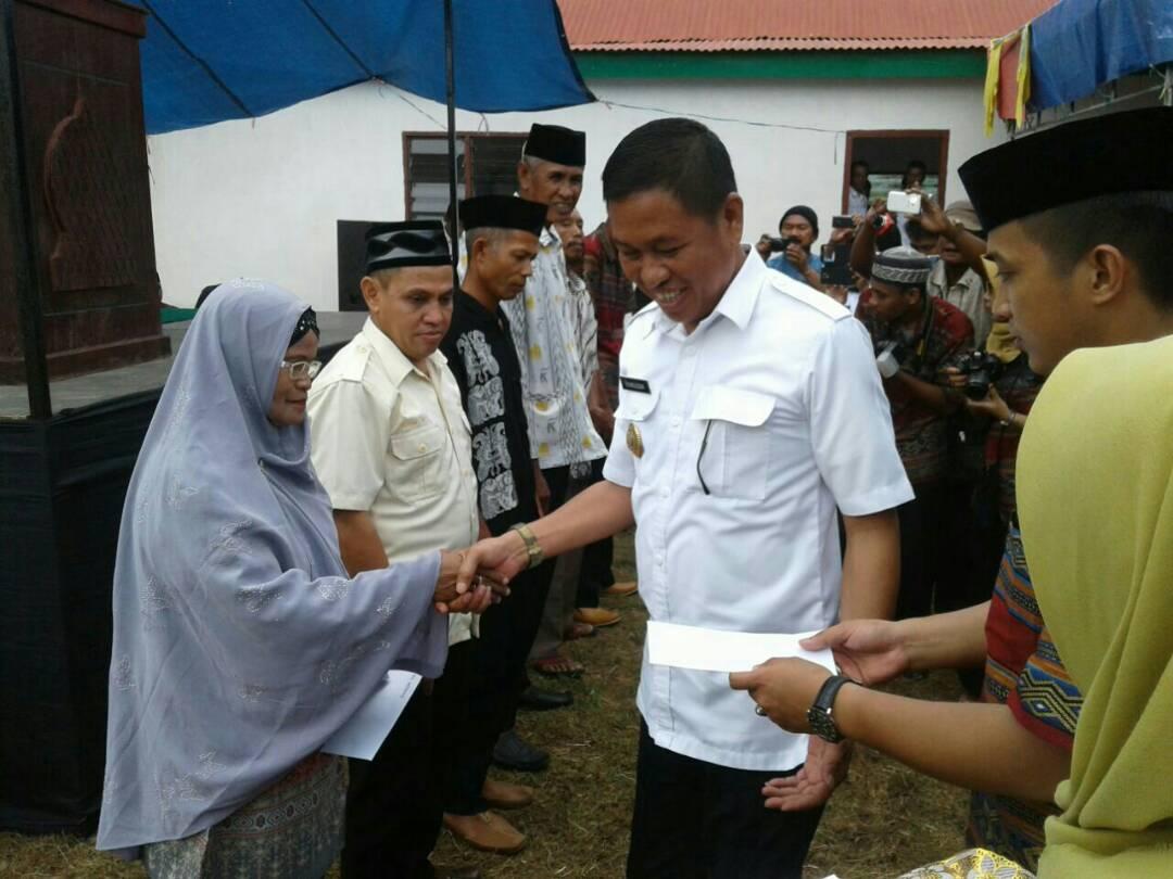 Penyerahan insentif imam desa, pemandi jenazah dan guru mengaji di Desa Panaikang