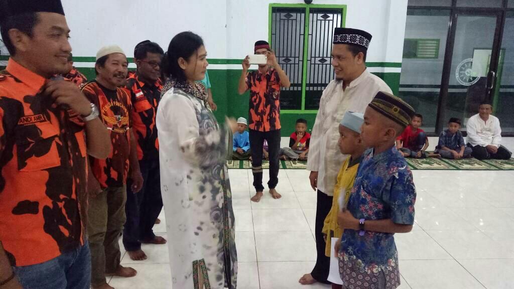 Ketua Pemuda Pancasila Sulsel berbagi dengan anak yatim di Pangkep