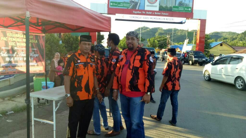 Pemuda Pancasila Kabupaten Pangkep bagikan takjil untuk pengguna jalan