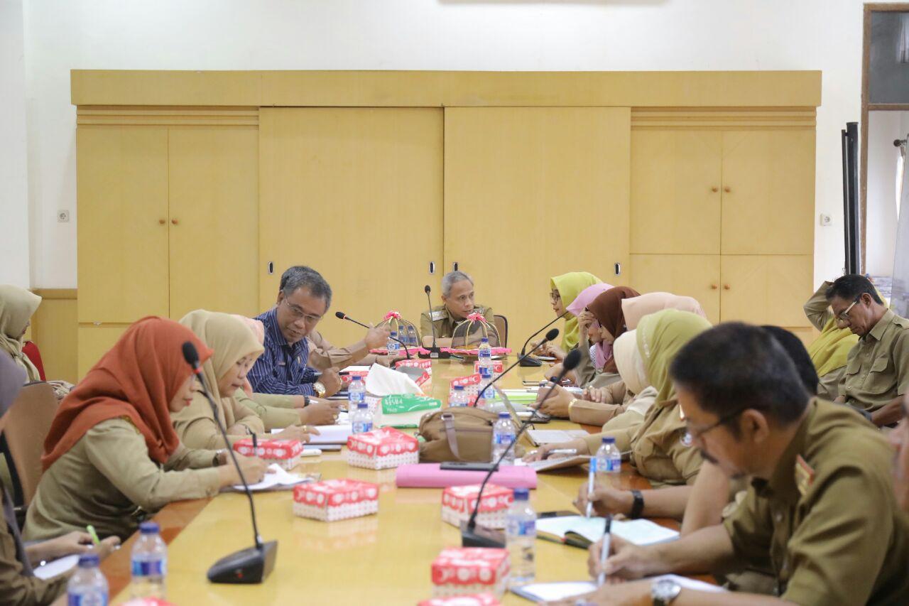 Wakil Bupati Pangkep, Syahban Sammana memimpin rapat penanggulangan kemiskinan