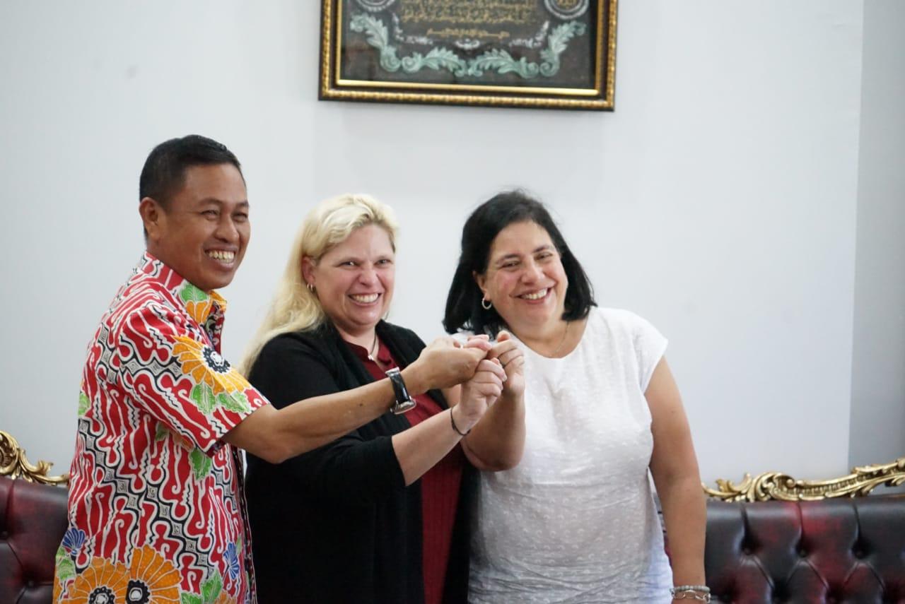 Bupati Pangkep, Syamsuddin A HAmid bersama perwakilan dari USAID di kantor Bupati Pangkep, Senin, 16 Desember 2019 (foto: Humas Pemkab Pangkep)