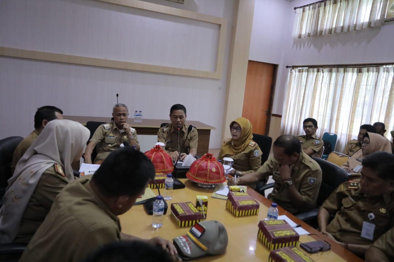 Bupati Pangkep, Syamsuddin A Hamid didampingi wakilnya, Syahban Sammana memimpinrapat rutin bersama OPD