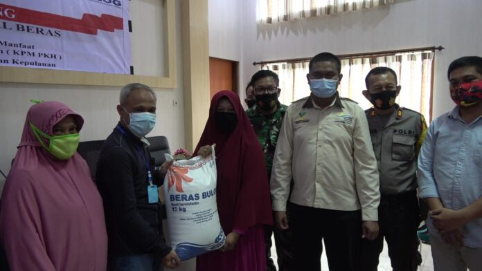 17.198 Keluarga Penerima Manfaat (KPM) Program Keluarga Harapan (PKH) kabupaten Pangkep menerima bantuan sosial beras dari Kementerian Sosial Republik Indonesia.