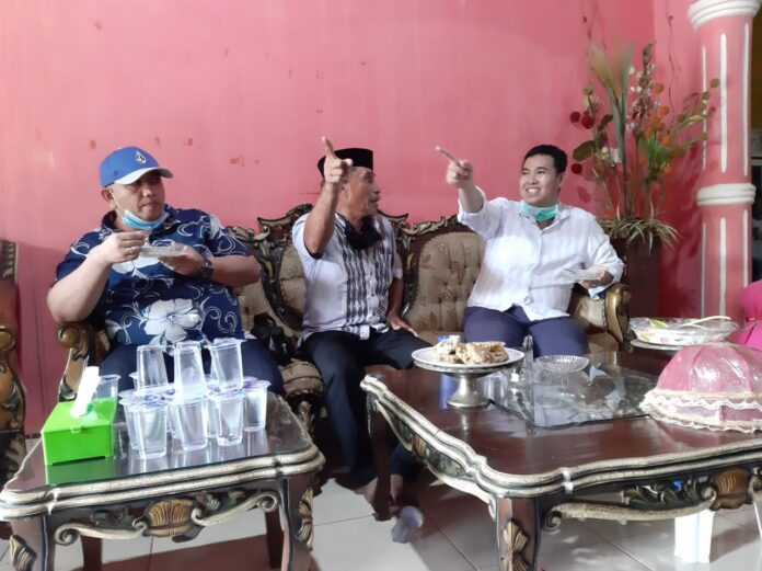 Cabup Pangkep, Muhammad Yusran Lalogau (MYL) berbincang dengan warga Ma'rang
