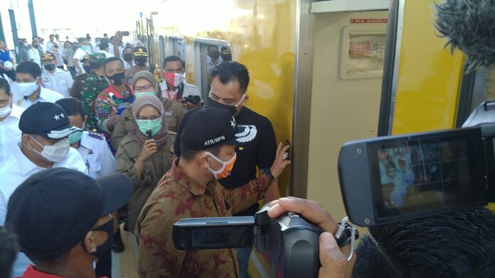 Wakil Menteri/Wakil Kepala Agraria dan Tata Ruang/ Badan Pertanahan Nasional (ATR/BPN) Surya Tjandra meninjau pembangunan rel kereta api di dua kabupaten yakni Barru dan Pangkep.