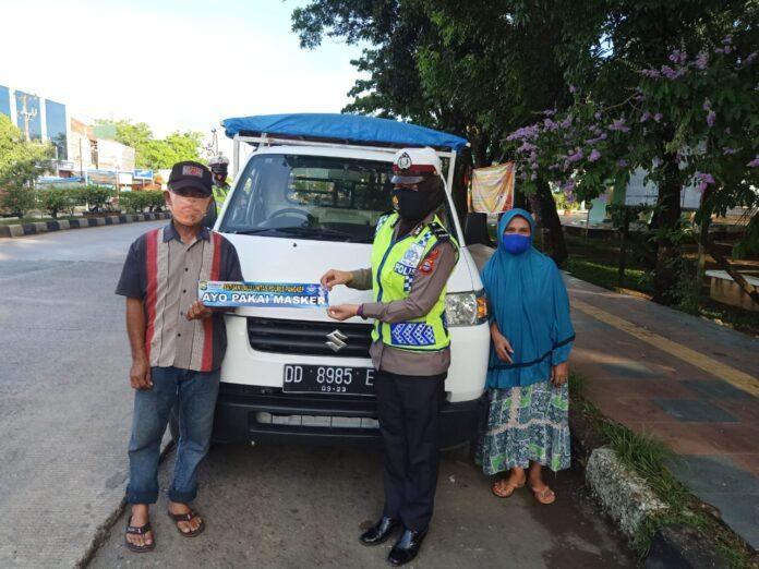 Satlantas Polres Pangkep memberi himbauan kepada masyarakat dengan cara memasang stiker bertuliskan