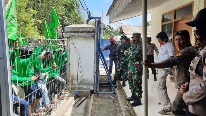 Eks karyawan PT Bangun Makassar Mining menggelar unjukrasa di Desa Tabo-tabo Kecamatan Bungoro Kabupaten Pangkep terkait pembayaran pesangon