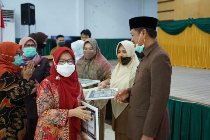Bupati Pangkep Serahkan Penghargaan dan Tali Asih untuk 240 Purnabakti ASN